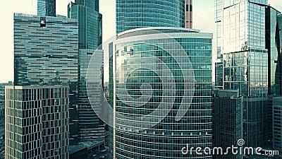 Детали небоскреба отражая небо и городской пейзаж сток-видео