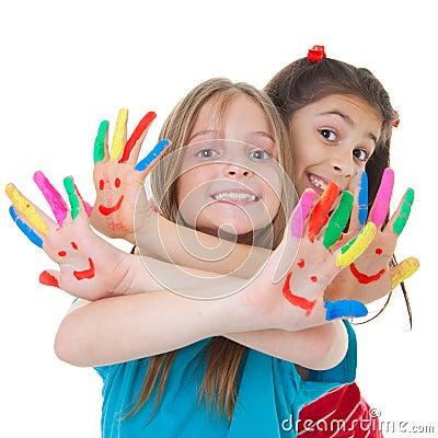 Дети играя с краской