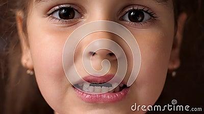 Детские зубы Стучит зубы и закрывает рот Вырез корневого зуба У девушки нет передних зубов Закрыть сток-видео