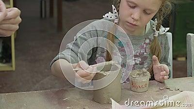 Детский мастер-класс в области глиномоделирования Керамическая мастерская сток-видео