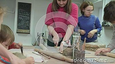 Детский мастер-класс в области глиномоделирования Керамическая мастерская видеоматериал