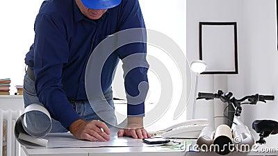 Деятельность инженера на притяжке офиса и доработать планы и проекты видеоматериал