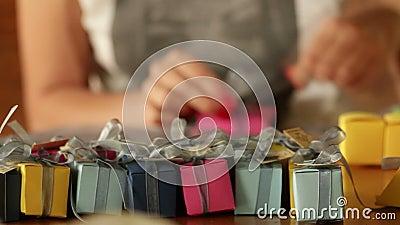 Делать малые подарочные коробки для украшения сток-видео