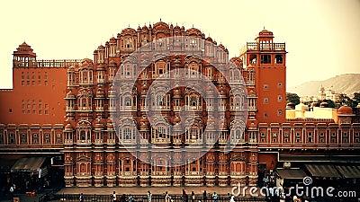 ДЖАЙПУР, ИНДИЯ - 9-ОЕ НОЯБРЯ 2017: Фасад дворца Hawa Mahal в Индии сток-видео