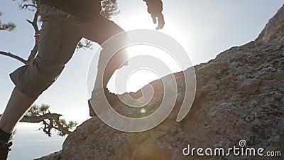 Динамический конец-вверх последователей снял человека взбираясь гора Деталь ботинок альпинизма и авантюрный человек акции видеоматериалы