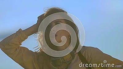 длинноволосая женщина в коричневой одежде показывает блестящие крылья видеоматериал