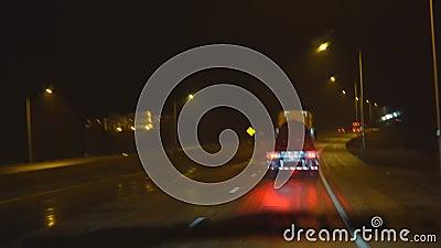 Дождь почти капель воды на стекле или зеркале автомобиля США размывают движение видеоматериал