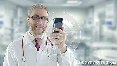 доктор использует свой телефон для телемедицинной видео-сессии с пациентом сток-видео