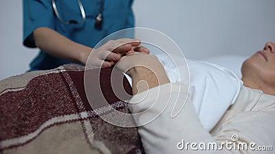Доктор поддерживая смертельно женщину беды, надлежащую внимательность людей в доме престарелых акции видеоматериалы