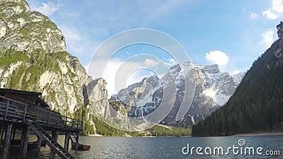 Дом рыболова стоя близко озеро в южном Тироле, изумительном взгляде на горах акции видеоматериалы