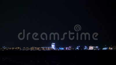 ДУБАЙ, ОБЪЕДИНЕННЫЕ ЭМИРАТЫ, ОАЭ - 20-ОЕ НОЯБРЯ 2017: на ноче, далеко, вы можете увидеть света города видеоматериал