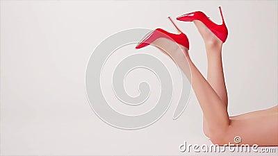 Длинные ноги в красных ботинках видеоматериал
