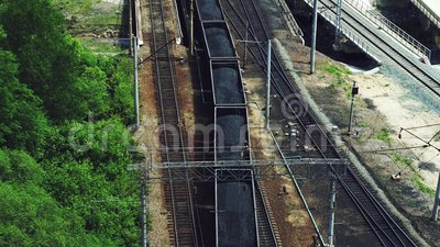Железнодорожный транспорт: поезд, загруженный углем, идет по рельсам сток-видео