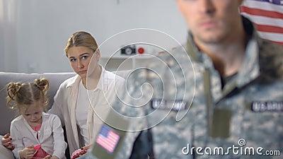 Жена и дочь смотря супруга в военной форме, выходя для работы, обязанность акции видеоматериалы