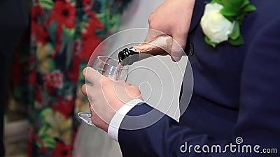 Жених льет шампанское видеоматериал