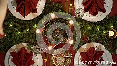 Женская рука льет confetti на таблице рождества сток-видео