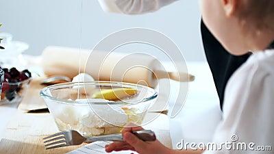 Женские руки ломают яичко в шаре с ингридиентами для теста видеоматериал