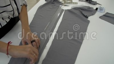Женские руки покрашены с crayon ` s портноя на серой ткани акции видеоматериалы