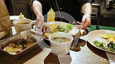 Женские руки положили блюда на служение, завтраки и обеды в ресторан кафа сток-видео