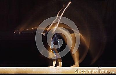 Женский гимнаст в движении