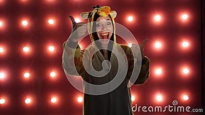 Женский делать как подобие с большими пальцами руки вверх на красной предпосылке Женщина в пижамах ярких детей в форме a акции видеоматериалы