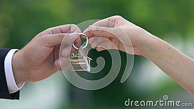 Женский ключ от дома от агента по недвижимости, аренда квартиры, имущество сток-видео