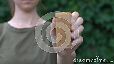 Женщина демонстрирует экологически чистое мыло без химикатов и сульфатов, моющее средство сток-видео