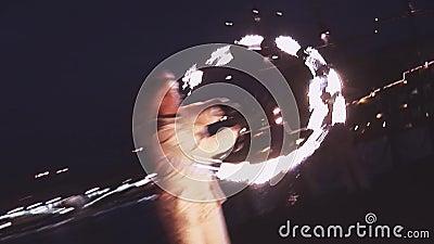 Женщина демонстрирует выставку огня на набережной на партии в ночном клубе опасно зрелищность переплетать видеоматериал