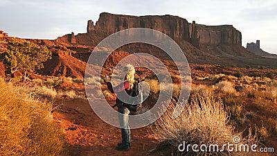 Женщина идя в долину памятника принимая фото с smartphone акции видеоматериалы