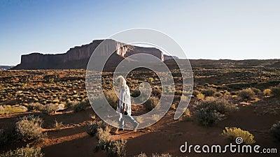 Женщина идя в долину памятника с красным цветом трясет обзор видеоматериал