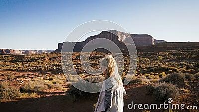 Женщина идя в долину памятника с красным цветом трясет обзор акции видеоматериалы