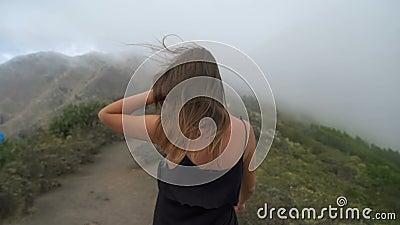 Женщина идя вверх гора сток-видео