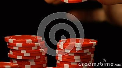 Женщина кладя обломок покера в строку, роскошный клуб казино, играя в азартные игры наркоманию, везение видеоматериал