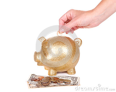 Женщина кладя деньги в piggy банк