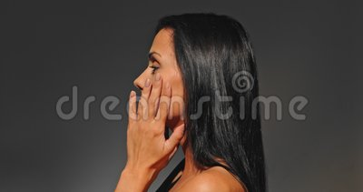 Женщина массажируя взгляд верхней грани сток-видео