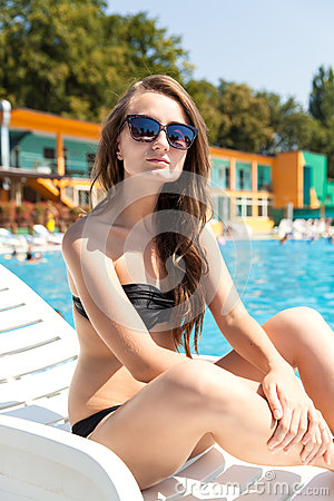 Женщина около плавательного бассеина