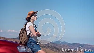 Женщина перемещения свободы счастливая ослабляя на bonnet автомобиля мечтая наслаждающся каникулами на солнечном летнем дне видеоматериал