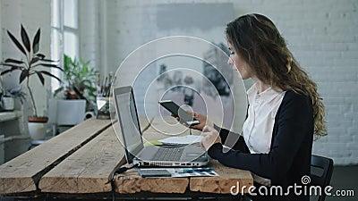 Женщина печатая и усмехаясь компьтер-книжкой видеоматериал