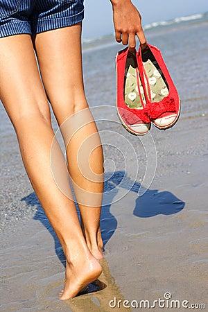 женщина пляжа гуляя