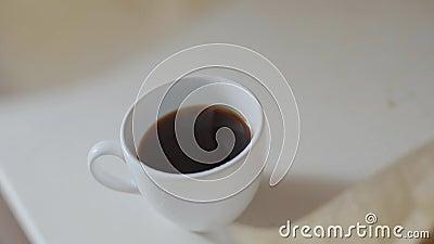 Женщина поднимает фильтр с кофе за чашкой, капли кофе в чашку видеоматериал