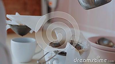 Женщина поднимает фильтр с кофе за чашкой, капли кофе в чашку акции видеоматериалы