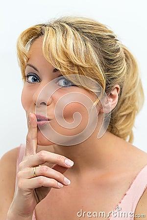 Женщина показывать для тиши