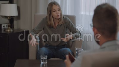 Женщина, получающая эмоциональный пик в психологе акции видеоматериалы