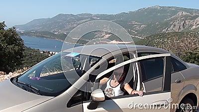 Женщина получает в автомобиль видеоматериал