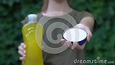 Женщина предлагает экологически чистое мыло вместо этого моющее средство с сульфатами, выбор акции видеоматериалы
