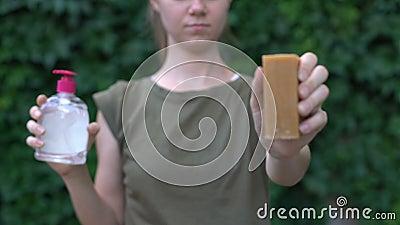 Женщина предпочитает мыло для стирки химическому порошку, выбирая безвредный материал видеоматериал