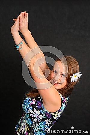 Женщина при ее поднятые рукоятки