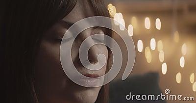 Женщина расслабляется и дышит глубоко видеоматериал