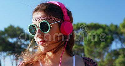 Женщина слушая к наушникам 4k сток-видео