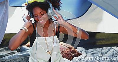 Женщина слушая к наушникам 4k акции видеоматериалы